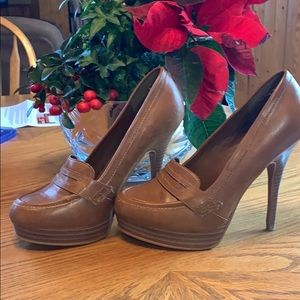 Call it Spring heels brown leather pump. 7.5